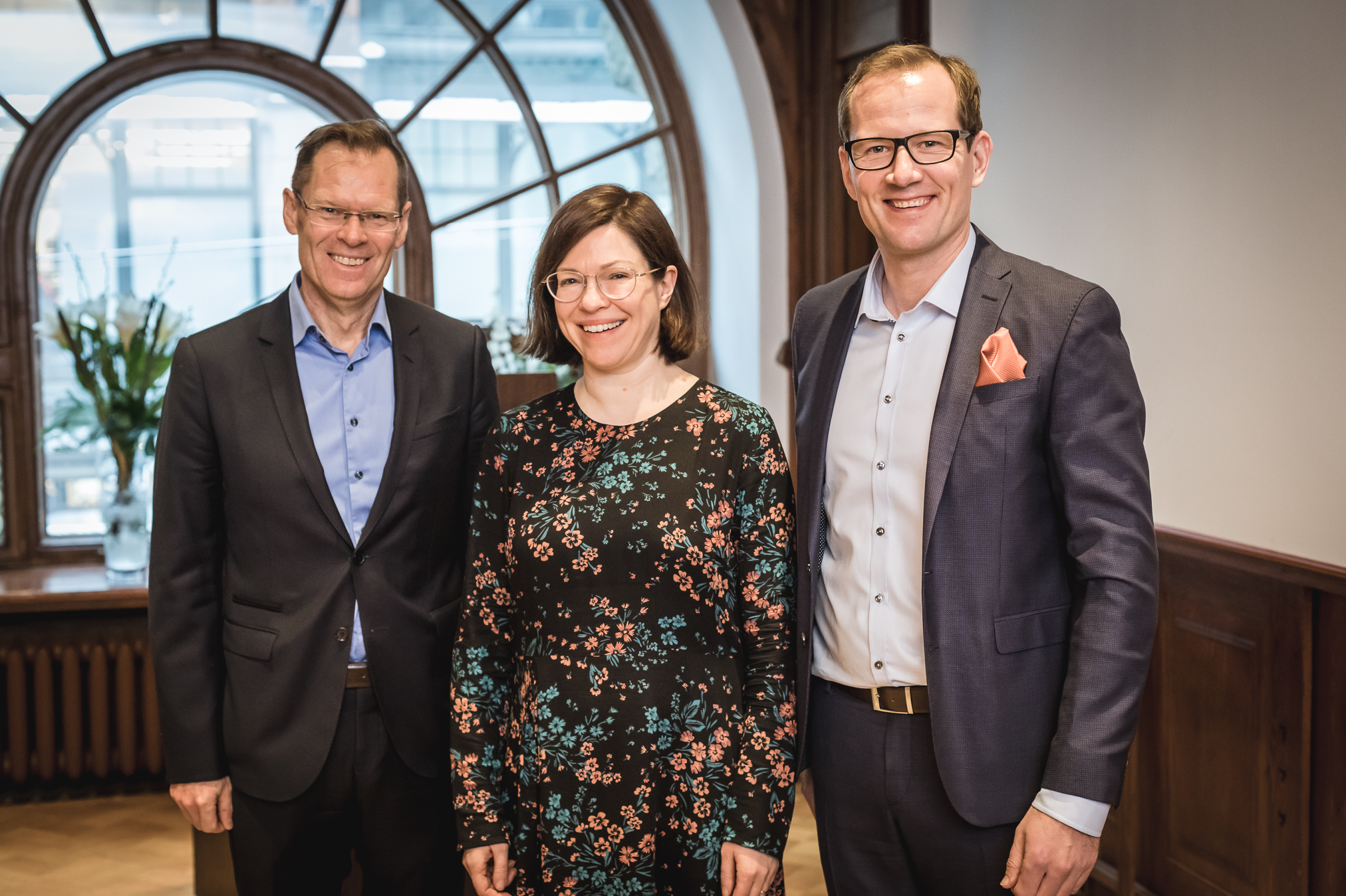 Professori Ari Ekroos, apulaispormestari Anni Sinnemäki ja Avaran toimitusjohtaja Mika Savolainen