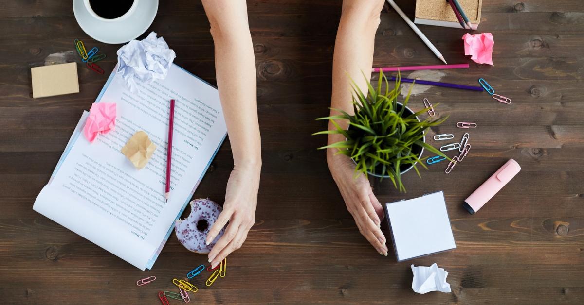 Siisti ja järjestelmällinen työpöytä auttaa keskittymään - 5 vinkkiä työpöydän siistimiseen